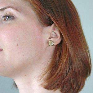 boucles d'oreilles puces oreilles en bois gravé fleurs d'hortensia
