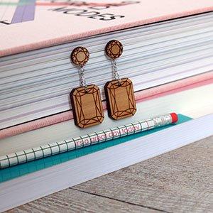 boucles d'oreilles en bois de merisier gravé émeraudes