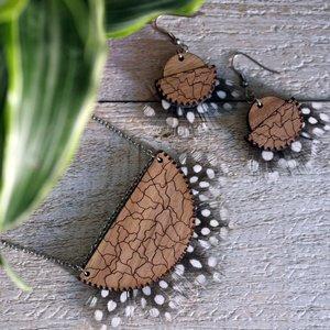 boucles d'oreilles en bois gravé et plumes naturelles fait à la main en france