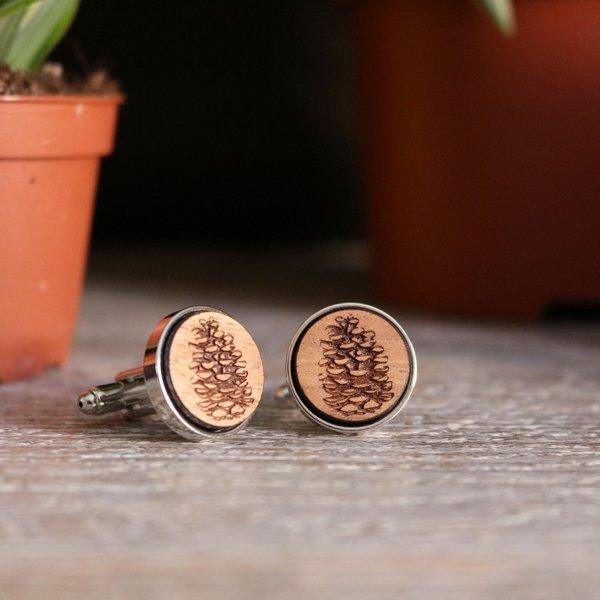 boutons de manchette en bois gravé pomme de pin