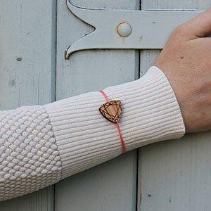bracelet en bois gravé pierre précieuse couleur personnalisable