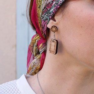 boucles d'oreilles en bois de merisier gravé émeraudes.