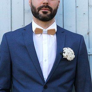 noeud papillon pour homme en bois de de merisier et tissu blanc à carreaux vert émeraude. Tenue du marié