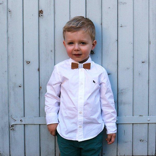noeud papillon pour enfant en bois de meriser et tissu blanc a carreaux vert émeraude