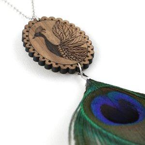collier sautoir en bois de noyer gravé camée paon et plume de paon