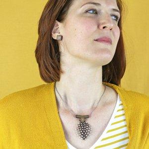 bijoux en bois gravé puces oreilles et collier en bois de noeyer et plume naturelle