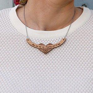 collier en bois de merisier gravé avec phrase personnalisable